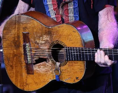 What kind of strings does willie nelson use